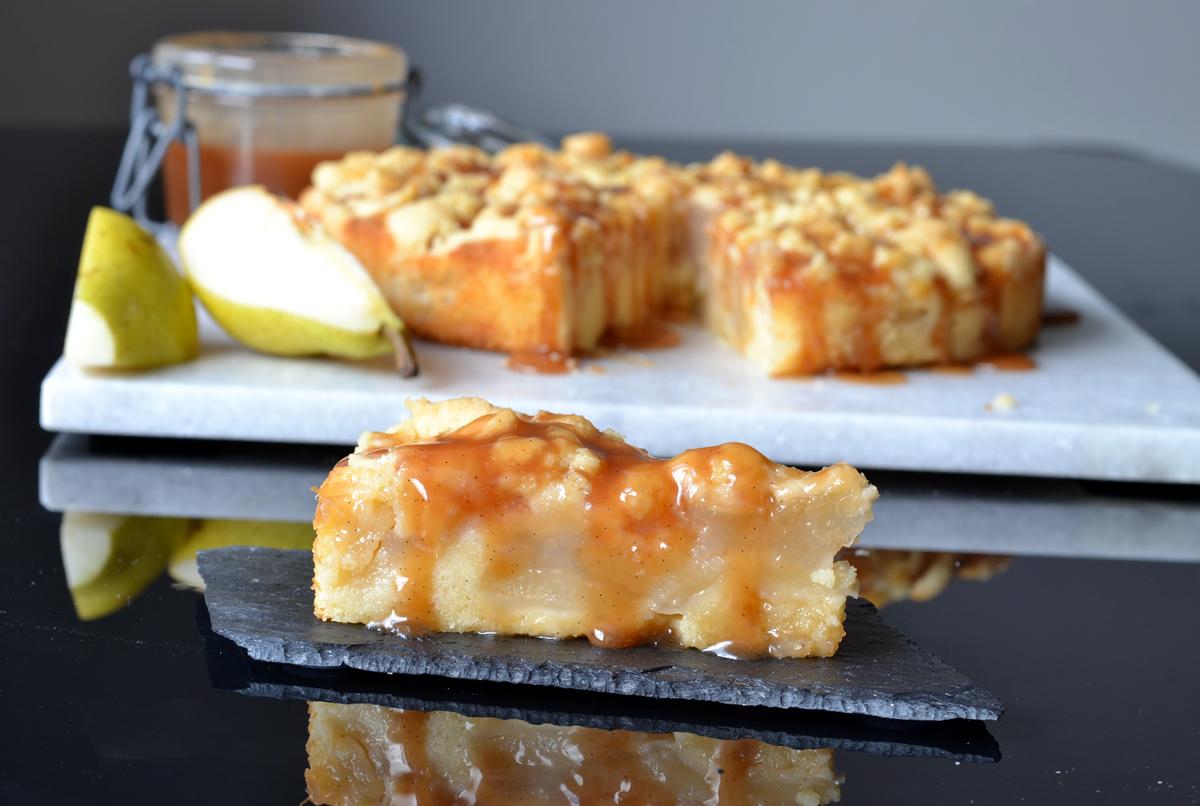 pærekage med hjemmelavet karamelsauce